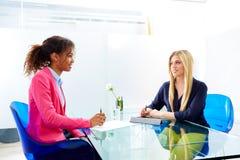 Entrevista das mulheres de negócios que encontra multi étnico imagens de stock royalty free