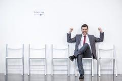 Entrevista de assento e de espera do homem de negócios entusiasmado no escritório fotos de stock royalty free