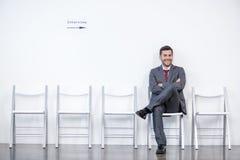 Entrevista de assento e de espera do homem de negócios no escritório fotografia de stock