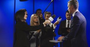 Entrevista de corte do homem de negócios com repórteres filme