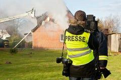 Entrevista de la TV en el fuego de la casa Foto de archivo libre de regalías