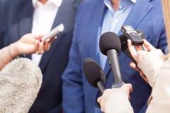 Entrevista de los medios Rueda de prensa micrófonos foto de archivo
