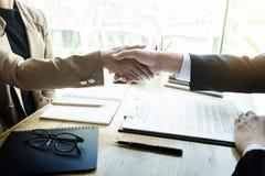 Entrevista de trabajo acertada con el afte del apretón de manos del jefe y del empleado Imagen de archivo libre de regalías