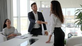 Entrevista de trabajo, candidato femenino en la reunión en oficina moderna, admisión a la compañía grande, diálogo en trabajo con metrajes