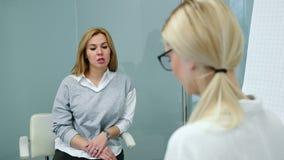 Entrevista de trabajo con el especialista de la hora en la compañía grande para la mujer del candidato metrajes