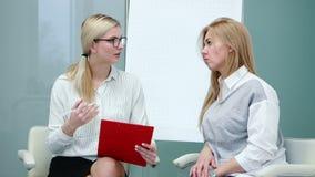 Entrevista de trabajo con el especialista de la hora en la compañía grande para la mujer del candidato almacen de video