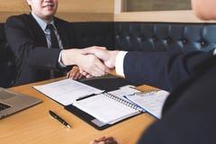 Entrevista de trabalho bem sucedida com o chefe e o empregado que agitam as mãos af imagens de stock