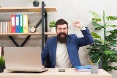 Entrevista de trabalho bem sucedida Perguntas da entrevista da resposta O gerente farpado feliz da hora do homem senta-se no escr fotografia de stock royalty free