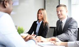 A entrevista de trabalho com o empregador, homem de negócios escuta respostas do candidato imagens de stock royalty free