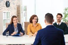 Entrevista de trabalho de condução da comissão dos recursos humanos com candidato imagens de stock royalty free