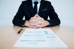 Entrevista de trabalho do negócio Hora e resumo do candidato na tabela imagens de stock royalty free