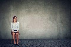 Entrevista de trabalho de espera da mulher fotografia de stock