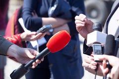 Entrevista dos meios Jornalismo da transmissão Conferência de imprensa Micropho fotografia de stock