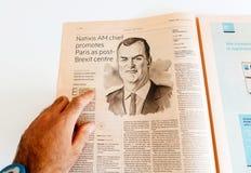 Entrevista en un periódico de la lectura del hombre con el CEO de los natixis de Matthieu Duncan imagenes de archivo