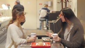 Entrevista na menina no café vídeos de arquivo