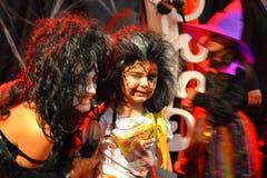 Entrevista trajada do menino de Dia das Bruxas partido atrativo Fotografia de Stock Royalty Free