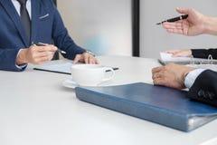 Entrevistador o tablero que lee un curriculum vitae durante una entrevista de trabajo, Em foto de archivo