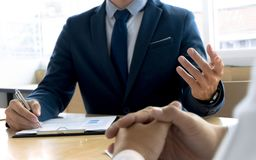 Entrevue d'emploi avec le gestionnaire de ressources humain dans le bureau photo stock