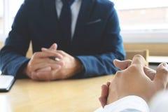 Entrevue d'emploi avec le gestionnaire de ressources humain dans le bureau, foyer sélectif images stock