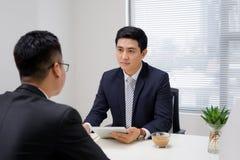 Entrevue d'emploi de deux professionnels d'affaires Salutation du nouveau coll?gue photographie stock libre de droits