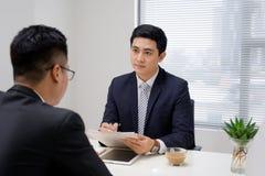 Entrevue d'emploi de deux professionnels d'affaires Salutation du nouveau collea image stock