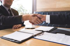 Entrevue d'emploi réussie avec le patron et l'employé se serrant la main après concept de négociation ou d'entrevue, de carrière  photographie stock libre de droits