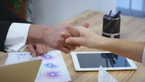 Entrevue d'emploi - recruteur heureux serrant la main avec le candidat clips vidéos