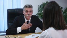Entrevue d'emploi - recruteur heureux serrant la main avec le candidat banque de vidéos