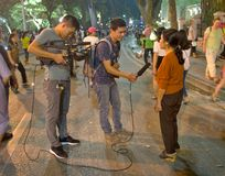 Entrevue de personnel de TV dans les rues de Hanoï Photos libres de droits
