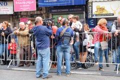 Entrevue de prise d'opérateur et de journaliste de caméra vidéo photographie stock