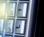 Entrez dans le bouton sur le plein rayon de soleil QWERTY de keyb de vieux smartphone Image libre de droits
