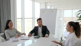 Entrez le travail à la grande société, le dialogue sur le travail avec le secrétaire et le patron dans la salle de réunion, l'ent banque de vidéos