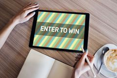 Entrez pour gagner le texte sur l'?cran don Loterie et prix Vente de m?dias et concept sociaux de la publicit? image stock