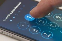 Entri nello schermo di parola d'ordine di un iPhone che esegue l'IOS 9 Fotografia Stock