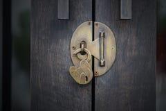 Entriegeln Sie hölzerne Tür stockfotografie