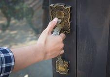 Entriegeln Sie Tür durch Griffe Stockfotos
