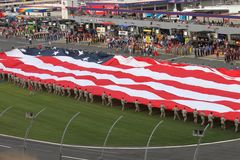 Entrollen der amerikanischen Flagge am Kokskolabaum 600 lizenzfreies stockbild