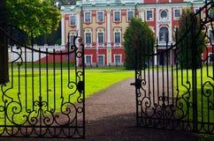 Entrouvrez les portes menant au palais de Kadriorg à Tallinn, Estonie photo stock