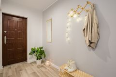 Entryway с серыми стенами стоковые изображения rf
