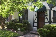 Entryway aan het Huis van de Stijl Tudor Stock Foto's