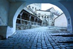 Entryway in i den gamla fästningen, Sighisoara, Rumänien arkivfoton