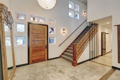 Free Entryway Interior Design In Beautiful Modern Contemporary Home Royalty Free Stock Images - 88833709