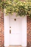 Entryway som inramas med blommor Arkivbilder
