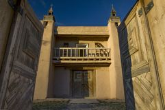 Entrywaydörrar öppnar till den San Jose de Gracia Church borggården i Las Trampas, NM arkivfoto