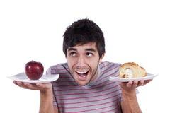 Entscheidung des jungen Mannes Nahrungsmittel Stockfotografie