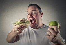 Entscheidung, ob man gesundes oder nicht isst Stockfoto