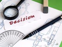 Entscheidung, Vergrößerungsglas auf Entwurf stockfoto