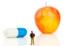 Entscheidung zwischen Pille oder Frucht Stockbilder