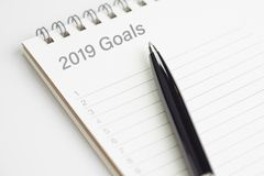 Entschließung 2019 des neuen Jahres oder schreiben Ziele, um Listen- oder Arbeitszielplankonzept, schwarzer Stift auf Notizblock  stockfoto