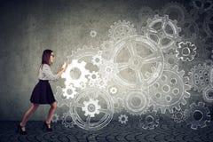 Entschlossene Geschäftsfrau, die Gänge drückt lizenzfreies stockbild